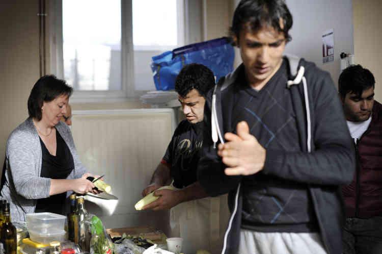 Aidés par quelques habitants, les Afghans préparent un repas pour 80 personnes. Khan (au premier plan) était chauffeur pour l'OTAN, mais son camion a été attaqué et a explosé. Tout juste sevré de la morphine, il veut rattraper le temps perdu.