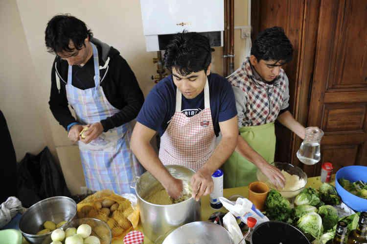 Khan Zaman (à gauche), Mohammed Agha et Fazulak s'affairent aux fourneaux. Au menu notamment, beignets et soupe de pois chiche.