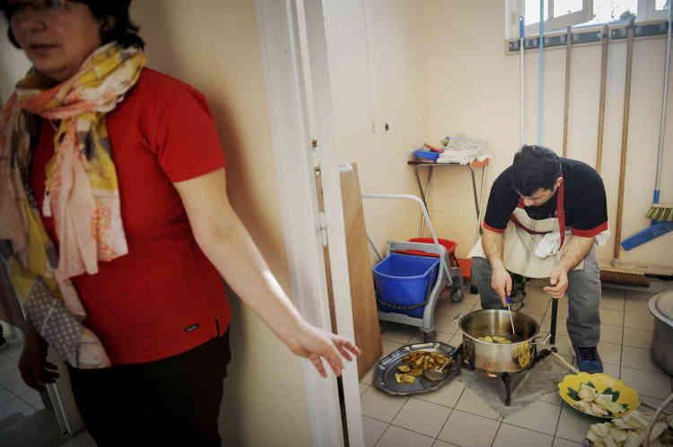 Préparation des beignets dans la cuisine de la salle des fêtes de Fontaine-l'Abbé.