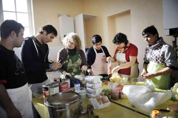 Ahmad, Khan Zaman, Fazelak et Hanouar délivrent aux Normandes les secrets de la cuisine afghane.
