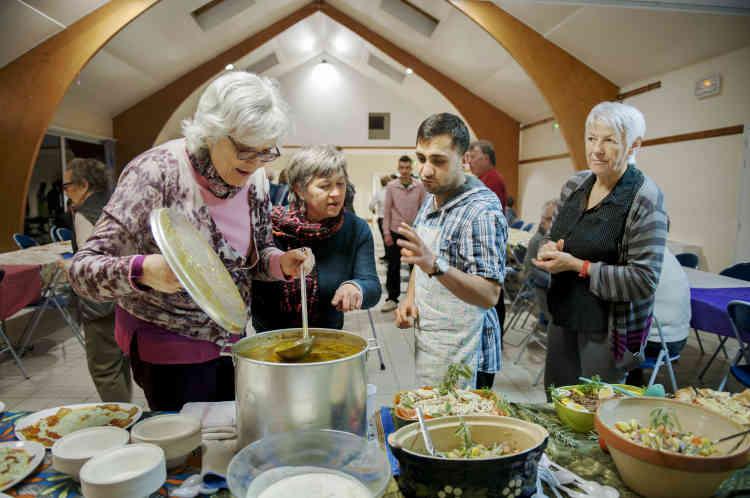 En attendant le repas, échanges culinaires entre migrants afghans et le Collectif de Serquigny.