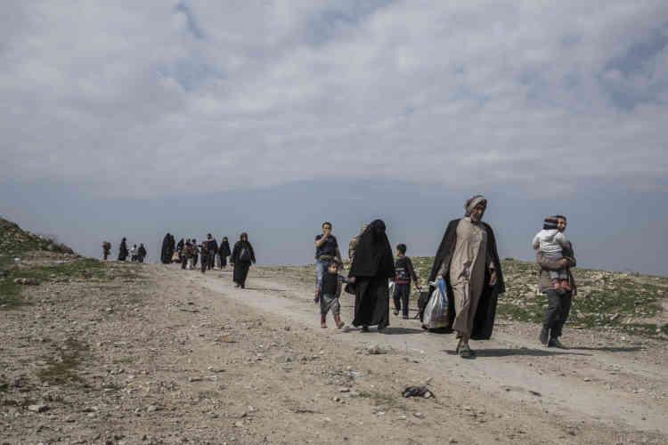 Les habitants de Mossoul-Ouest fuient les combats en direction de l'aéroport, le 8 mars.
