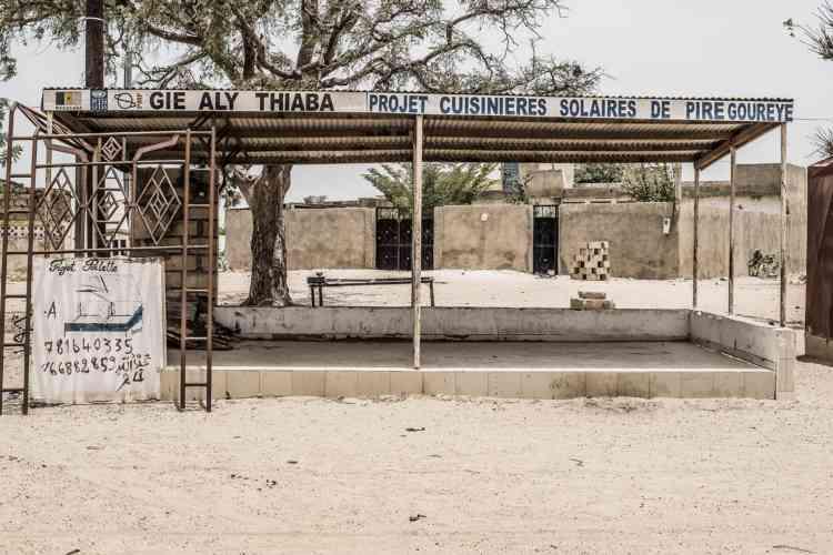 Sur la route de Thiès, à 70 km à l'est de Dakar, un hangar qui devait abriter la vente de cuisinières solaires. Dès les années 1960, l'enjeu de la consommation du bois à des fins domestiques et de la déforestation en zone sahélienne avait été pris en compte dans les projets de Jean-Pierre Girardier.