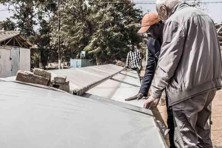 En pélerinage au Cerer, Jean-Pierre Girardier découvre une installation solaire récemment conçue pour faire sécher les fruits, dont le Sénégal est un gros producteur.