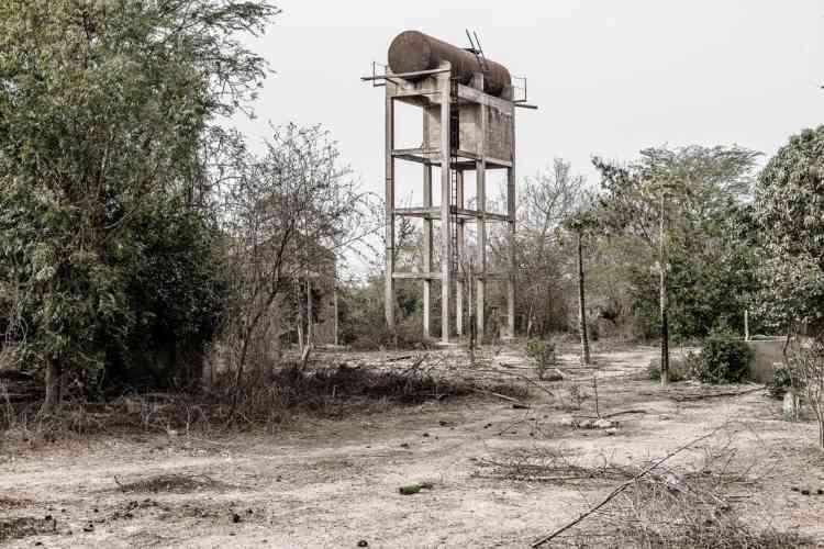 Château d'eau autrefois relié à un puits branché sur une pompe solaire à Mont Roland, à 50 km du village de Mérina Dakhar. A Mont Roland est installée un communauté catholique qui fut pionnière dans l'installation de nombreux puits alentour, aujourd'hui tous à sec.