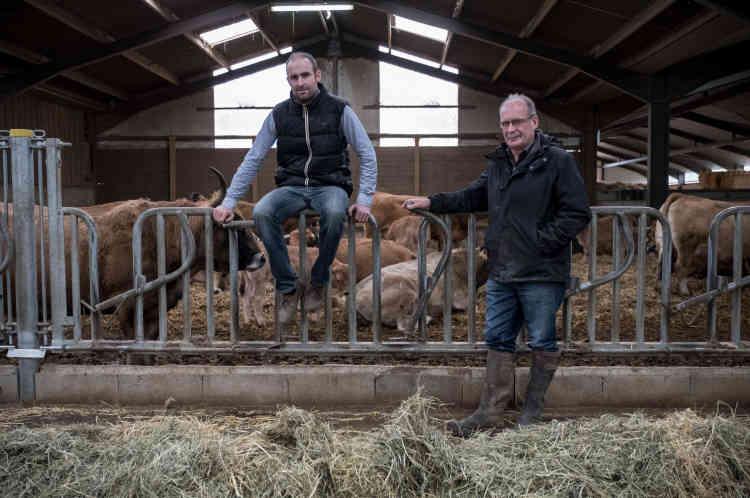 Au milieu de leur cheptel de vaches allaitantes (destinées à la production de viande) de race Aubrac, typique de la région.