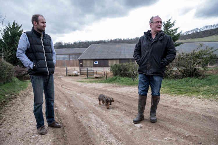 Henry Peyrac (à droite) avec son fils Alexandre devant leur exploitation au lieu-dit laGratarelle, près de Cruéjouls (Aveyron), le 3mars.