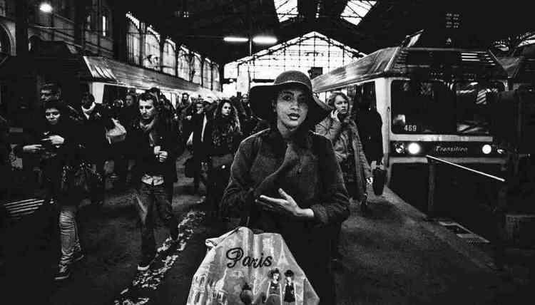 La réalisatrice Claire Simon disait en parlant d'un film tourné dans une gare parisienne : « Les gares, l'expérience de la disparition continuelle ». Oui, le va-et-vient incessant nous fait apparaître et disparaître, perdus dans la foule. J'aime cette idée du brassage des individus, cela me rassure, et paradoxalement me fait exister.