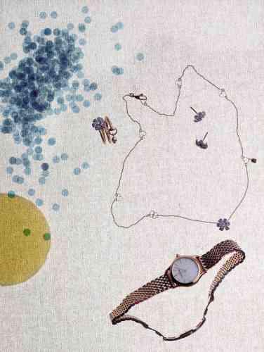 Bague, boucles d'oreilles, et collier collection Gucci Flora, en or rose et blanc, diamants et saphirs, Gucci. Montre en acier inoxydable poli plaqué or rose mouvement quartz, Emporio Armani.