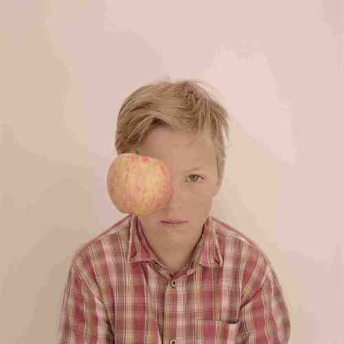 «L'enfant à la pomme me fait penser à Magritte. Allez savoir pourquoi? La forme importe finalement peu quand il s'agit de parler des autres.»