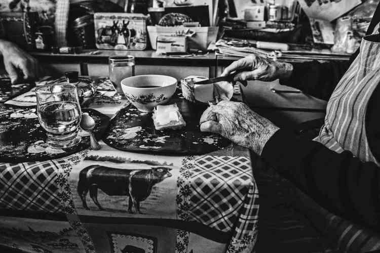 «Une famille à la campagne. La grand-mère prend son petit-déjeuner, on imagine que la journée de travail a commencé bien plus tôt, vers 5heures ou 6heures du matin sans doute. On n'a pas cherché très loin le décor de la toile cirée, des vaches… Ou la fierté d'être ce qu'on est:des paysans.»