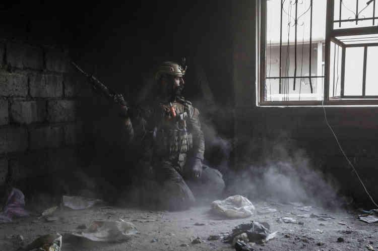 Naji, un soldat de la Division de réaction d'urgence (ERD), dans le souk de Wednesday Market.