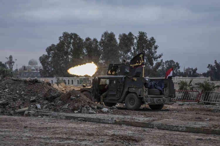 Un Humvee de l'ERD tire sur les positions de l'EI, près du Vieux-Pont, aux portes de la vieille ville de Mossoul.