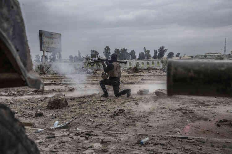 Un soldat de l'ERD tire une roquette sur l'EI, près du Vieux-Pont.