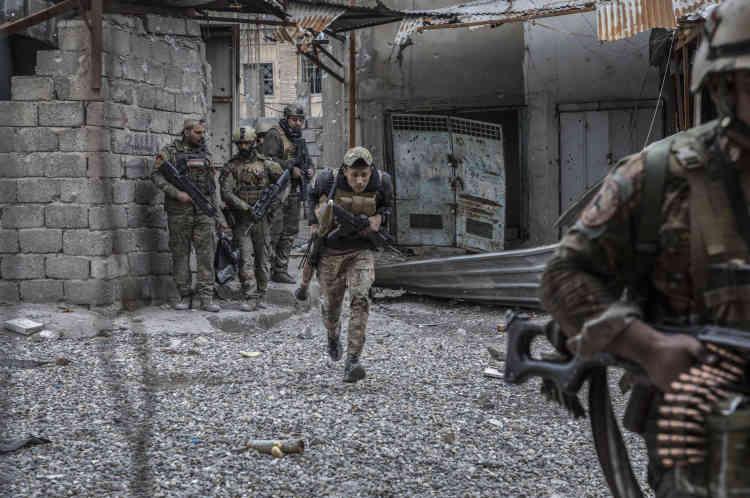 Des soldats de la Division de réaction d'urgence (ERD) au retour d'une position dans le souk.