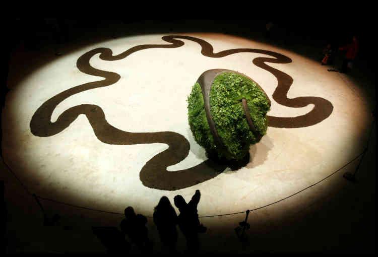 Avec «la Motte», Le Guillerm a inventé une petite planète herbue et autonome, qui tourne sur elle-même en laissant les (belles) traces de son passage.