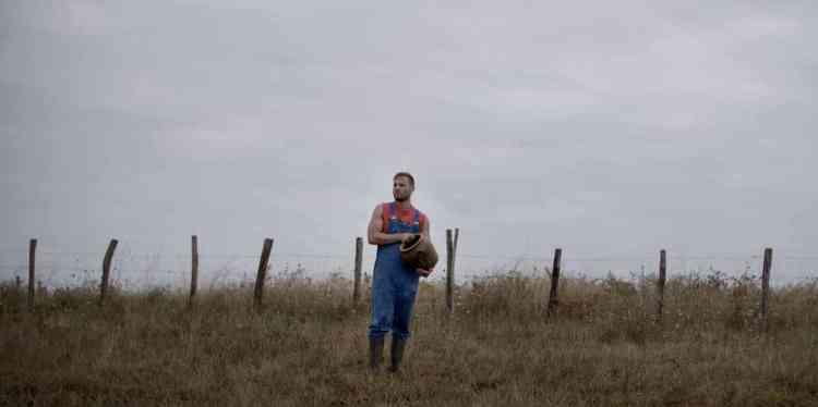 Jeune agriculteur, Sébastien s'occupe d'une ferme appartenant à sa famille depuis des générations. Mais l'homme est en proie à des difficultés: il n'arrive plus à rembourser son crédit et se voit bientôt contraint de vendre sa terre. « La Morsure des dieux » épouse le regard de son héros et de ses croyances : Sébastien est païen, la nature, la terre, les paysages sont pour lui sacrés. Mais tandis qu'il décide d'organiser une coopérative avec les paysans alentours, ilfait la connaissance de Juliette, fervente catholique qui l'initie peu à peu à sa religion.