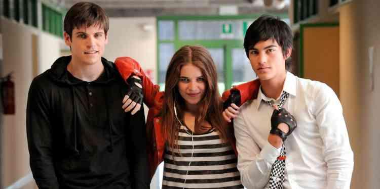 Lorenzo, Blu et Antonio sont les parias du lycée, mais des parias dandys, qu'un sentiment de supériorité unit contre leurs congénères jusqu'à ce que leur amitié n'implose sous les assauts de leurs désirs désaccordés. La tonalité tragique du dénouement s'accorde mal avec la légèreté tout en toc de la comédie qui précède, ses références à la série télé « Glee » et son esthétique empruntée à l'habillage des clips des chaînes musicales. C'est tout l'inconséquence de ce projet qui surfe sur le malaise des jeunes gays et sur le « slut-shaming » sans que rien, à aucun moment, ne sonne juste.