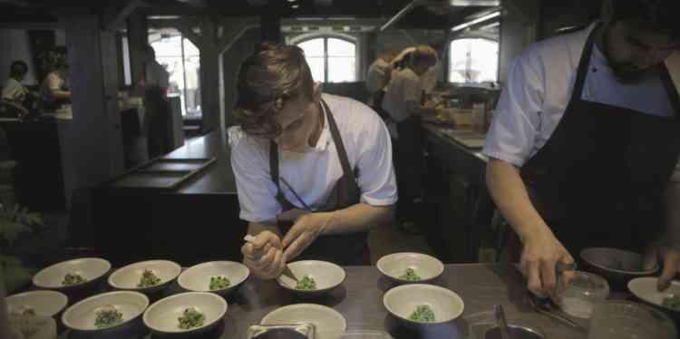 Pour raconter le raid mené à Tokyo par le chef danois René Redezpi, qui ouvre dans la capitale japonaise une version éphémère de son restaurant copenhaguois, élu le meilleur du monde, le réalisateur emprunte aux codes de la téléréalité culinaire. Si le spectateur croise des figures et des concepts culinaires passionnants, c'est comme par accident, tant le récit se concentre sur un suspense artificiel: on se doute bien que le restaurant finira par ouvrir.