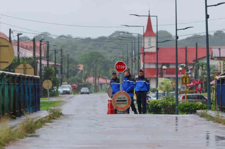 Barrage de gendarmerie sur la route nationale 1, à hauteur de la ville d'Iracoubo. L'intégralité des conducteurs et passagers des véhicules empruntant la route reliant la ville frontalière de Saint-Laurent-du-Maroni et le reste de la Guyane sont systématiquement contrôlés par la gendarmerie.