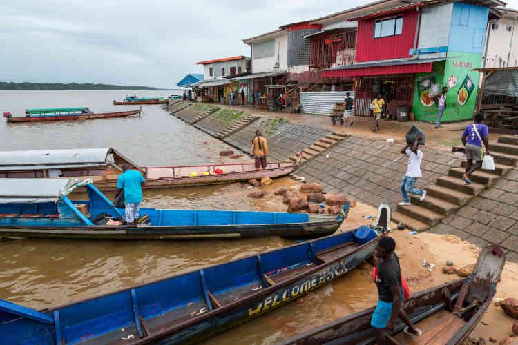Le fleuve Maroni, frontière naturelle entre le Suriname et la Guyane française, est le lieu de passage obligé pour les «mules» souhaitant se rendre à Cayenne avant d'embarquer pour Paris. La traversée du fleuve se fait de jour comme de nuit à bord de centaines de pirogues qui effectuent la traversée quotidiennement en quelques minutes. La ville d'Albina, située juste en face de Saint-Laurent-du-Maroni, accueille des dizaines de bazars en tous genres ainsi qu'une gare routière où des dizaines de taxis transportent quotidiennement voyageurs et marchandises vers Paramaribo, la capitale du Suriname.