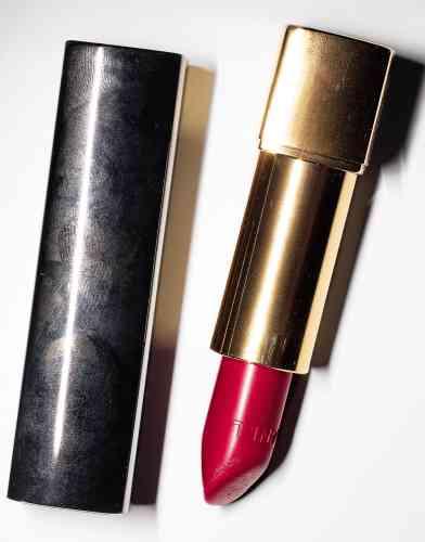 Avant de lancer en 2014 la marque de prêt-à-porter Vanessa Seward adulée des actrices, la créatrice a collaboré avec de nombreux noms de la mode comme Azzaro ou A.P.C.«Ce rouge à lèvres de Chanel est le rouge parfait pour mon teint. Quand je l'applique, il me donne un petit supplément de confiance, je peux oser plus de choses ; et j'adore son nom, Pirate.»