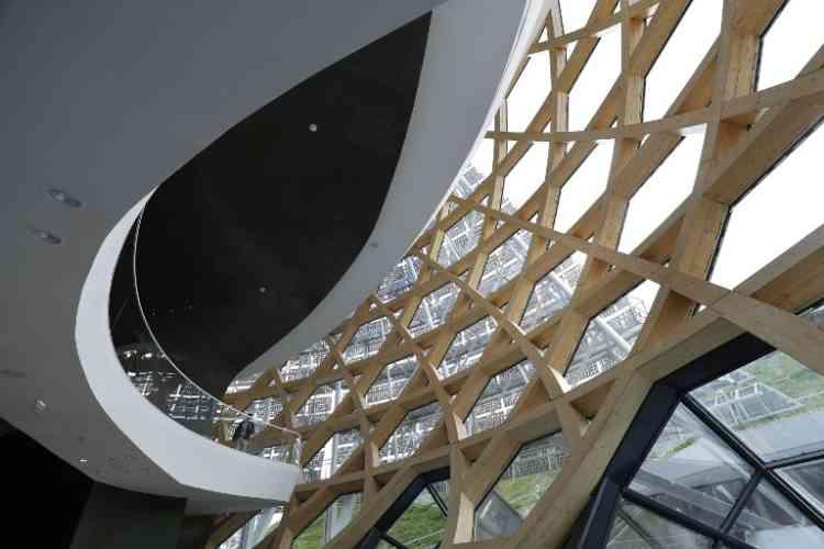 Son architecture porte l'idée de perméabilité entre l'intérieur et l'extérieur –un concept propre à la culture japonaise. Le bâtiment se pratique comme un espace public invitant aux déambulations au sein de l'édifice.
