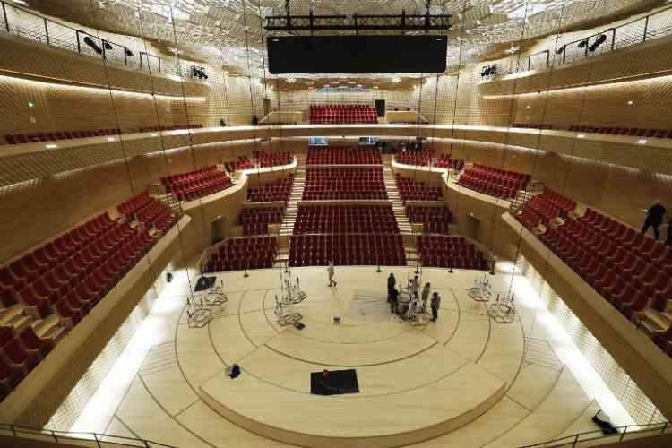Equipé de trois scènes différentes et de gradins rétractables, le bâtiment peut accueillir une jauge de 4000 places assises à 6000 en assis-debout. De conception simple, la grande salle possède tous les équipements nécessaires pour des concerts, des comédies musicales, des spectacles vivants, ainsi que des conventions d'entreprises.