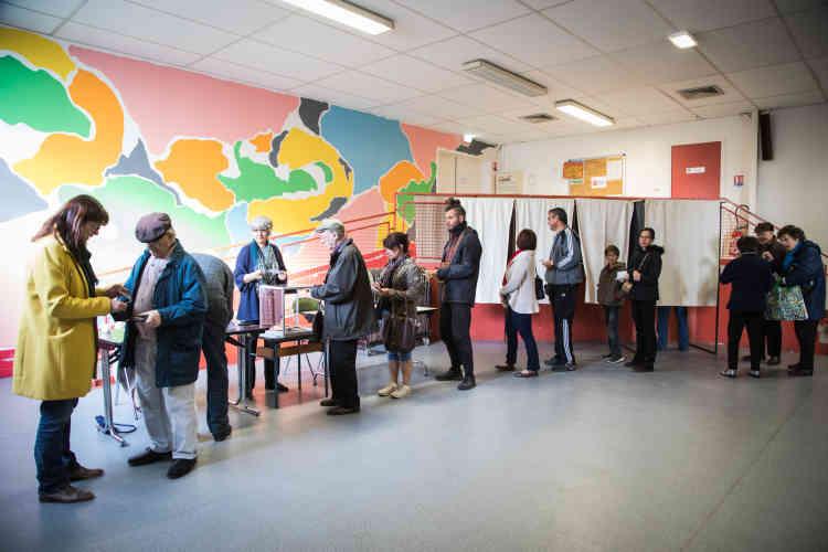 Dans le bureau de vote installé dans la salle du Tapis Verts à Melle, dans les Deux-Sèvres.