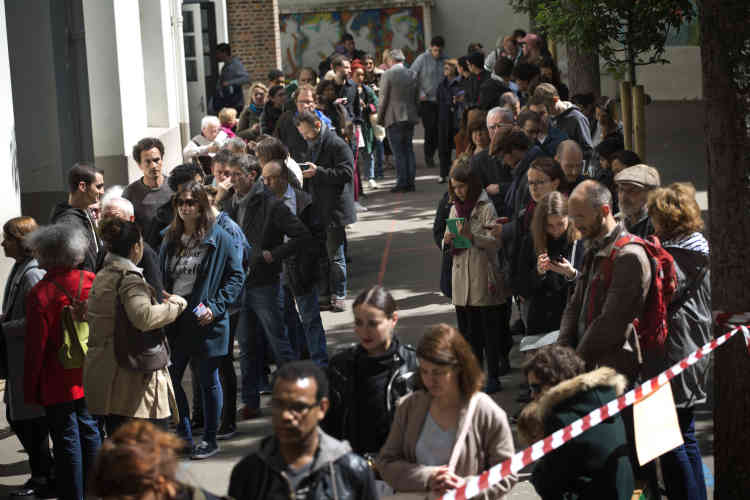 Devant un bureau de vote à Paris.
