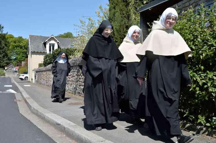 Des sœurs bénédictines de l'abbaye de Sainte-Cécile allant voter à Solesmes (Sarthe).