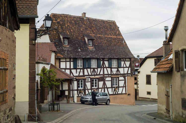 Mêmes maisons alsaciennes, mêmes décorations de Pâques soignées aux fenêtres, mêmes cours pavées ouvertes sur les caves des vignerons.