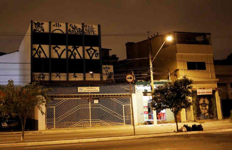Un pixador inscrit «Who is Doria ?» («Qui est Doria?») sur la façade d'un bureau électoral. Il est aussi écrit «Pixo Logo Existo» («Je tagge, donc je suis»).