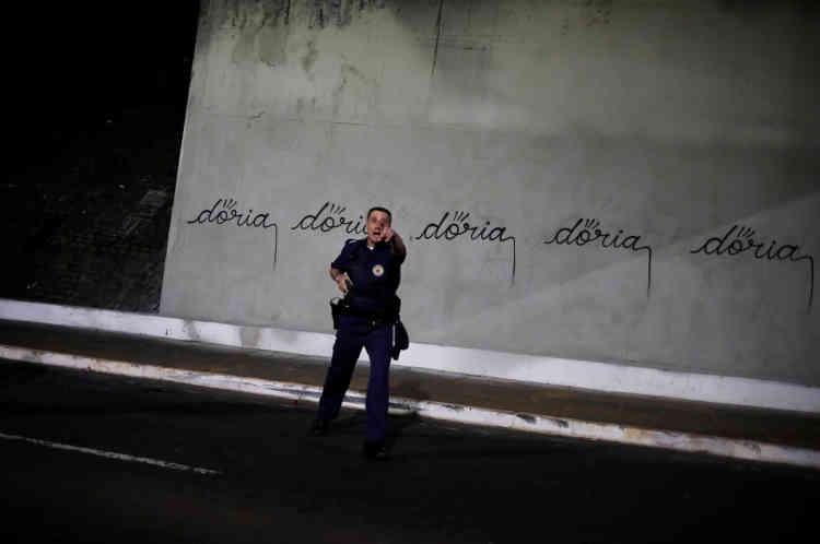Il a suffi d'une minute à l'artiste connu sous le nom deIaco pour sortir sa bombe de peinture et écrire sept fois « Doria» (le nom du maire) sur un mur gris de la ville.
