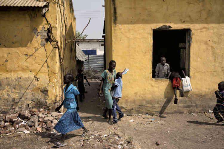 Des écoliers rentrent dans leurs salles de classe, endommagées par les combats, à Malakal. Trois écoles ont rouvert à la rentrée, en février 2017, après trois années de fermeture. Les autorités tentent de faire revenir la population en assurant des services élémentaires.