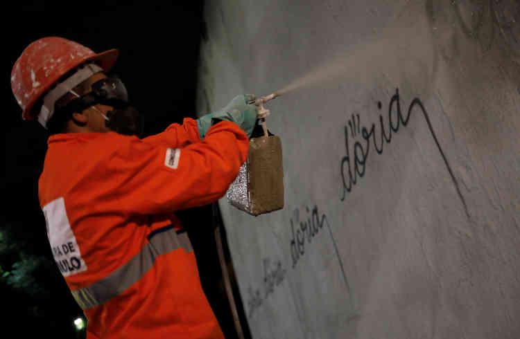 Quelques semaines auparavant, la mairie avait fait recouvrir de gris une œuvre de l'artiste Eduardo Kobra, vandalisée.