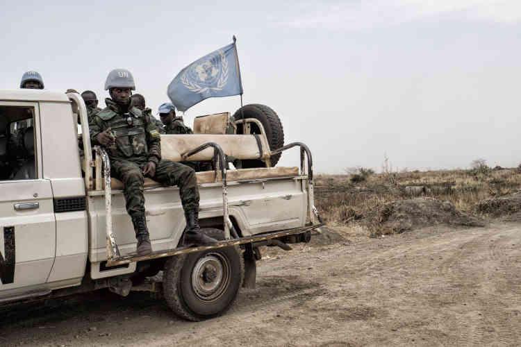 Des casques bleus rwandais surveillent l'aéroport stratégique de Malakal, à proximité du camp de protection des civils de la Mission des Nations unies au Soudan du Sud, la Minuss.