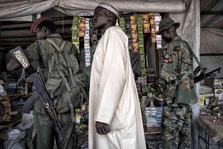 Soldats de l'armée sud-soudanaise (APLS) à Malakal. Cette ville stratégique a changé de mains plusieurs fois depuis le début de la guerre civile en décembre 2013. Elle est tenue par les forces gouvernementales depuis mai 2015.