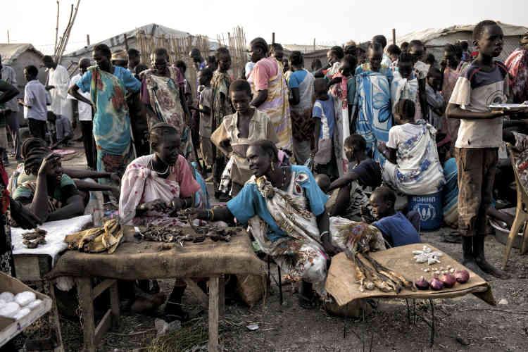 Des femmes shilluk vendent du poisson séché et quelques légumes sur le marché du camp de protection des civils de la Mission des Nations unies au Soudan du Sud, près de Malakal.