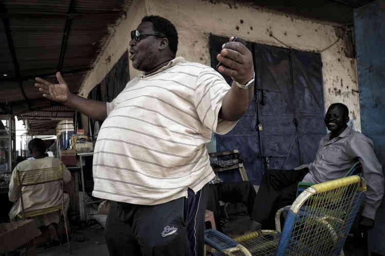 Cet homme d'origine soudanaise tient une petite épicerie dans une rue de Malakal.