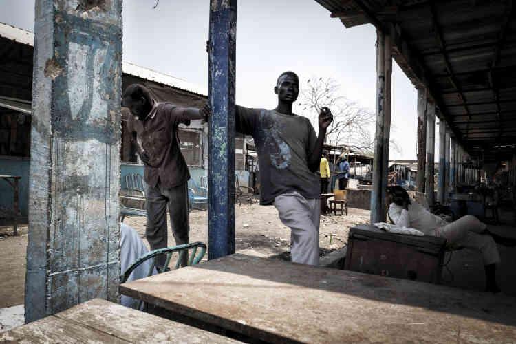 Dans la rue principale de Malakal, occupée par les forces loyalistes. Le gouvernement repeuple la ville de Sud-Soudanais membres de l'ethnie dinka, à laquelle appartient le président Salva Kiir. Depuis février, deux mille colons ont ainsi débarqué par avion de la capitale, Juba.