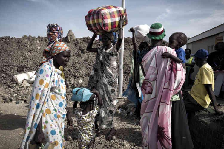 Des femmes de l'ethnie shilluk quittent définitivement le camp de protection des civils. Elles justifient leur départ par l'insuffisance de l'aide alimentaire, le manque de services et l'insécurité. Elles fuient avec leurs enfants vers le Soudan.
