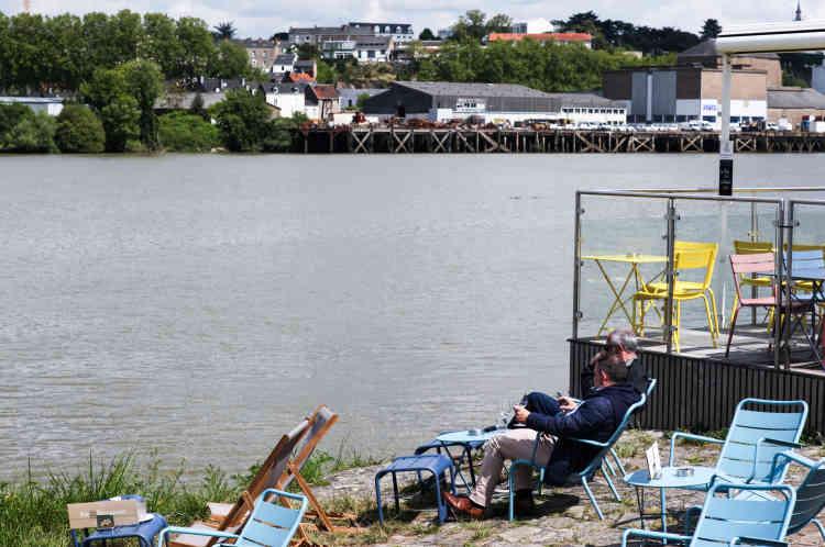 Avec l'arrivée des beaux jours, les terrasses sur la Loire sont prisées des promeneurs.