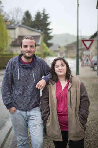 «Je me suis fait réveiller pour aller voter.» Le cheveu encore en bataille, Camille Oudin, 22ans, a été tirée du lit par Thomas Plantegenet, son meilleur ami, pour aller voter à Flammerécourt. Au premier tour, les deux copains ont voté pour Jean-Luc Mélenchon. Ils étaient quatre dans le village, qui a vu Marine LePen arriver en tête, avec 69% des voix. Cette fois, ils vont voter blanc. «S'abstenir, c'est dire oui à tout. Voter blanc, c'est dire qu'on n'est pas d'accord», argumente Thomas.