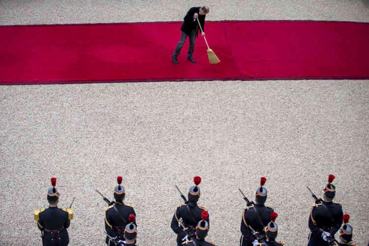 Le tapis rouge est installé dans la cour de l'Elysée, dimanche 14 mai 2017.