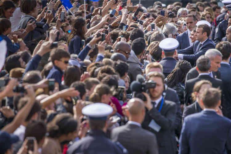 Devant l'hôtel de ville de Paris, où Emmanuel Macron est attendu.