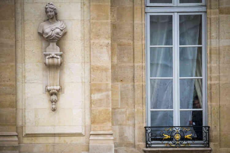 François Hollande suit les préparatifs depuis une fenêtre de l'Elysée.