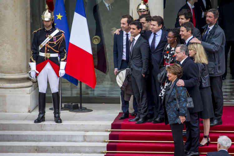 Des membres de l'équipe de campagne d'Emmanuel Macron, sur le perron de l'Elysée.