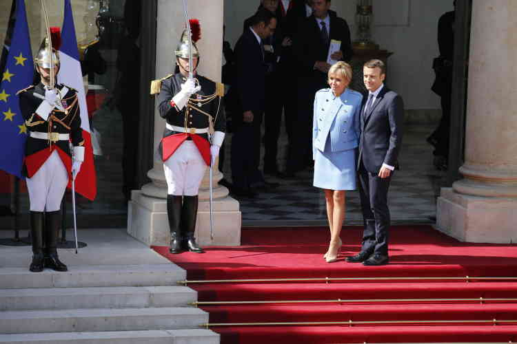 Emmanuel et Brigitte Macron sur le perron de l'Elysée, dimanche 14 mai 2017.
