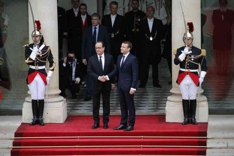 Après avoir remonté le tapis rouge dans la cour de l'Elysée, Emmanuel Macron et François Hollande se sont entretenus en privé.